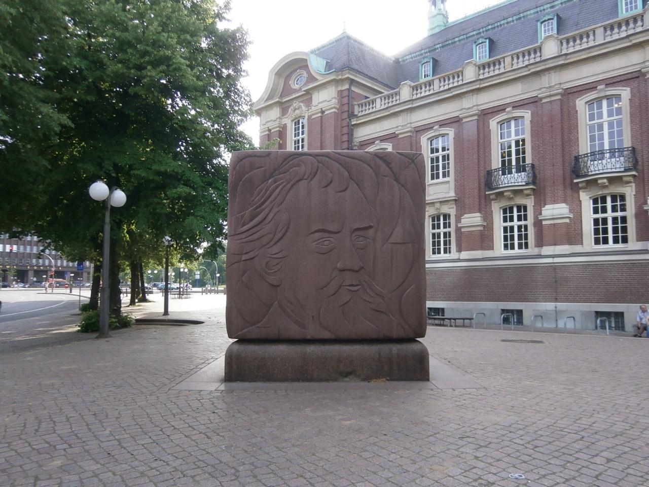 ハンブルクにあるブラームスの彫刻、中年期の顔